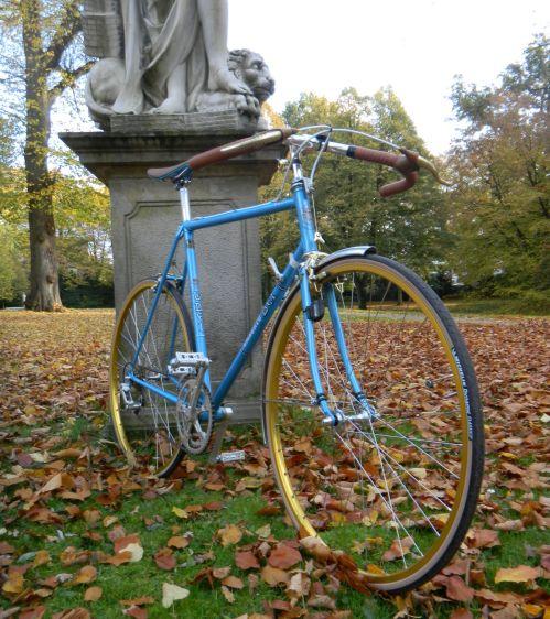 1310 Umberto Dei Blau Gold Weiss 04