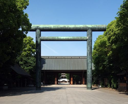 Yasukuni_Shrine_Daini_Torii_2010