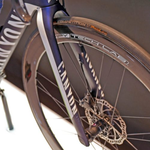 canyon_aeroad-cf-slx-disc_carbon-lightweight-disc-brake-aero-aerodynamic-road-race-bike_movistar-pro-team_fork-legs-600x600